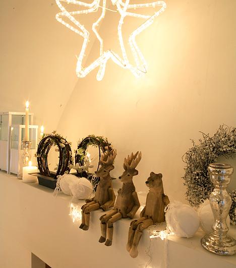 Ünnepi fények  A karácsonyi dekoráció elengedhetetlen kellékei a fények. Ma már néhány száz forintért vásárolhatsz műanyag csillag- vagy hópihedíszeket, melyek hátoldalára izzósort erősítettek. Egyszerűen akaszd a polcok fölé, vagy rejts egyet-egyet a polcra, és kész is.  Kapcsolódó cikk: 4 különleges, ünnepi fénydekoráció »