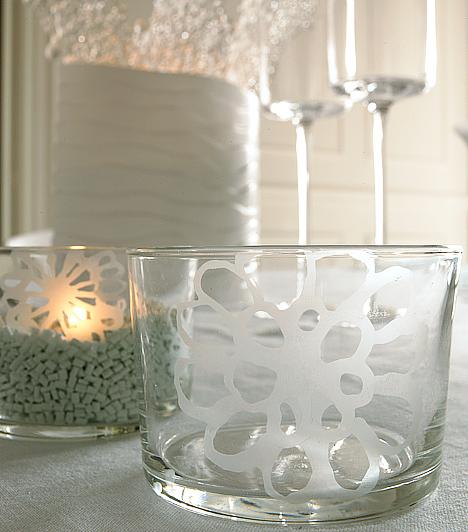 Mintás tálalók  Az ételeket is szervírozd a dekorációhoz illő módon. Felejtsd el az unalmas üvegtálakat, inkább díszítsd őket fehér motívumokkal - üvegfestékkel vagy szalvétatechnikával.  Kapcsolódó cikk: 5 gyorsan elkészíthető karácsonyi főétel »