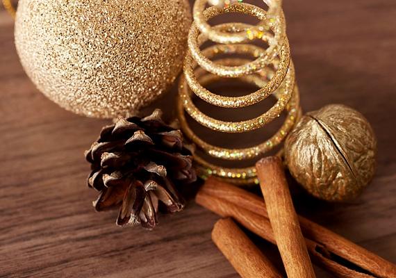 Néhány aranyra festett dió, pár, szintén aranyban pompázó dísz és két-három rúd fahéj csodaszép kompozíciót alkot.