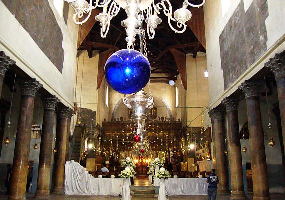 A templom jellegzetessége az aranydíszítés, amit csodásan kiemelnek a füzérszerűen körbefutó lámpák.