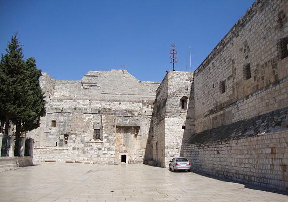 A templom megépítését Szent Ilona szorgalmazta, így 327-ben el is kezdték felépíteni a szent helyet.