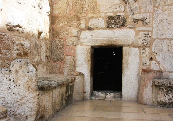 Íme, a Születés templomának ajtaja. Az átjáró annyira alacsony, hogy csak lehajolva lehet bemenni rajta.