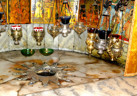 A barlangot felfüggesztett mécsesek világítják meg, így jól láthatóak az apostolokról készült ikonok is.