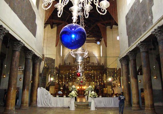 A betlehemi templom óriási, az Alázatosság barlangja pedig közvetlenül a főoltár alatt helyezkedik el.