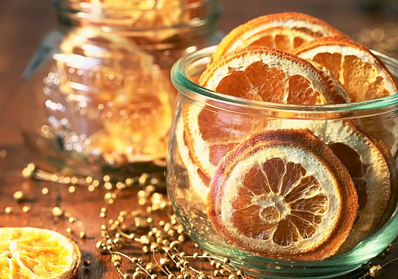 A szárított narancshéjakat nagyon egyszerűen el lehet készíteni. Túl azon, hogy szépen mutatnak, mesésen illatoznak.