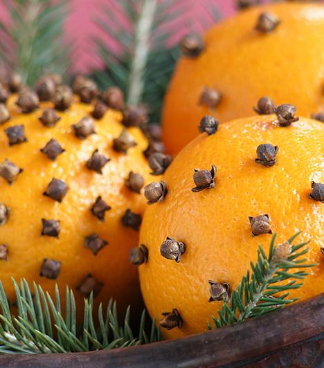 Narancsba rajzolt mintákA narancsok és a szegfűszeg kombinációja nem csak illatban páratlan, de látványnak sem utolsó. Tetszésed szerint olyan motívumokkal díszítheted a narancsot, amilyennel szeretnéd. Egy szép tálban minden tekintetet magukra vonzanak.