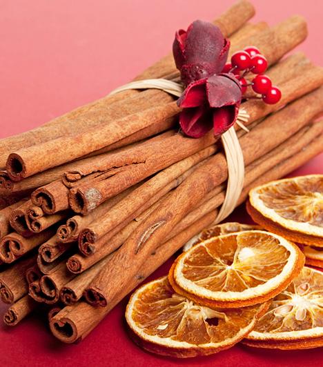Illatozó szobákA konyhából is előbűvészkedheted a karácsonyi díszek alapanyagait. A fahéjrudak összekötözve nem csak mutatósak, de remek illatot árasztanak, pláne akkor, ha szárított narancskarikákkal is tarkítod a kompozíciót.