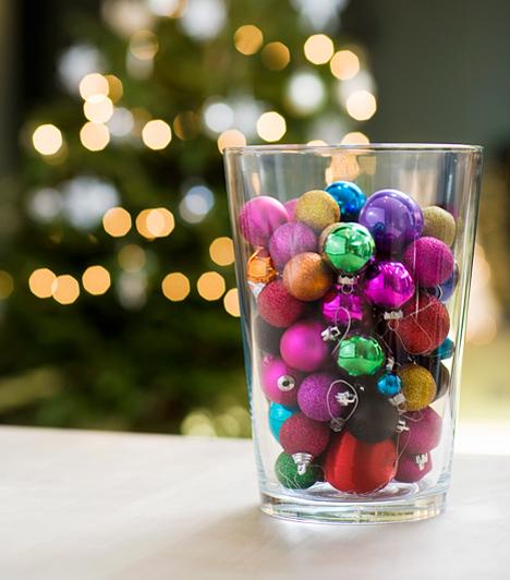 Az egyszerűség ereje  Néha a legegyszerűbb dekoráció sokkal látványosabb, mint órákig fabrikált társai. Egy üvegvázába vagy -tálba szórj szivárvány színekben pompázó karácsonyi gömböket, és tedd a lakás egy jó látható pontjára.