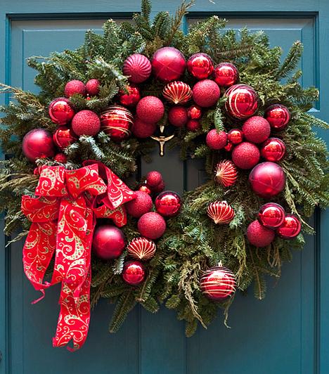 Karácsonyi köntösben a bejárat  A lakás ünnepi díszbe borulása a bejárati ajtónál kezdődik. Készíts kopogtatót a kedvenc díszeidből, valamint némi fenyőágból. Esetleg szalagokkal és különféle csecsebecsékkel is dekorálhatod a kész kompozíciót, csak a fantáziád szabhat határt.