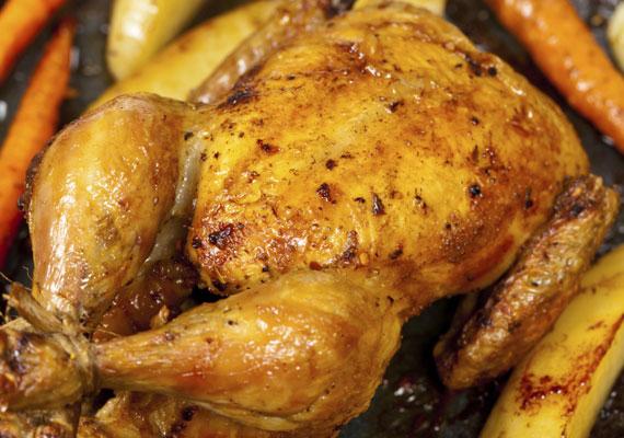 Ha nem csupán mellben, hanem egész csirkében gondolkodsz, készíts vajas grillcsirkét. Egy kis fehérborral és citrommal kissé pikánsabbá teheted, a fűszereket pedig kedvedre variálhatod. A receptért kattints ide! »