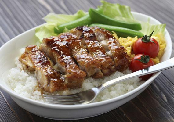 A mézes-gyömbéres csirke aromáját az említett két összetevő mellett a szezámolaj, a szezámmag és a narancshéj adja. A receptért kattints ide! »