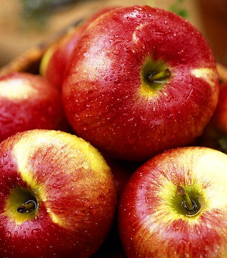 AlmaA karácsonyfát a néprajzkutatók összefüggésbe hozzák a Tudás fájával, melyről Ádámnak és Évának nem szabadott volna ennie. Karácsonykor az alma az eredendő bűnre és a tudás megszerzésére emlékeztet.