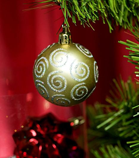 AranyAz arany és az ezüst a férfi és a nő, valamint a Nap és a Hold színe. A gazdagságot idézi, ezért minél több van belőlük a fán, annál szerencsésebb évre számíthatsz a babona szerint.