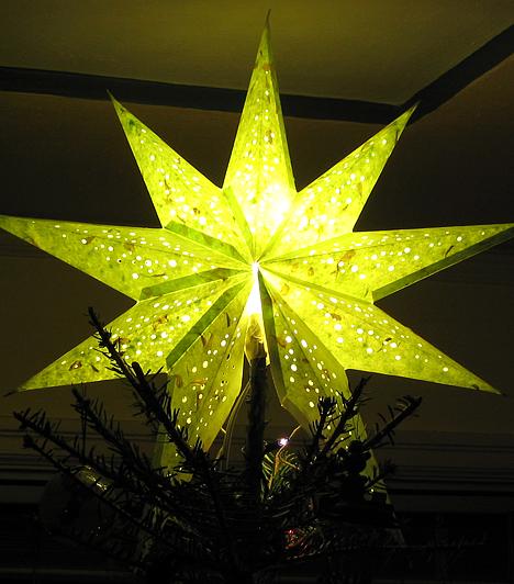 Ragyogó csillag  Amíg a gömb alakú díszek a bolygókat jelképezik, addig a csillag - csúcsdísz formájában a karácsonyfa tetején - a Nap szimbóluma. A keresztények szemében pedig egyben a Jézus születését jelző betlehemi csillag jelképe.