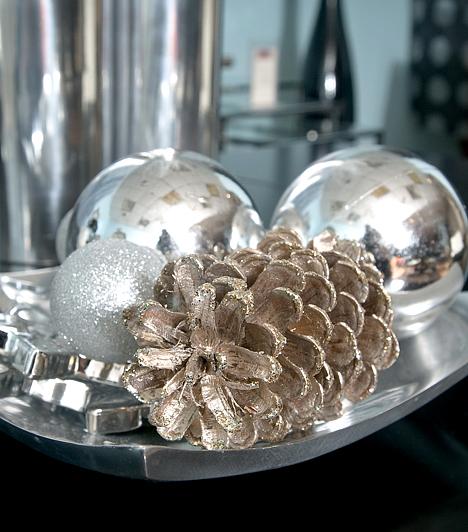 EzüstAz ezüst árnyalatai a Hold szimbolikus színei. Egyben a gazdagságé is, ezért érdemes néhány ezüstszínű gömbdísszel is ékesítened a karácsonyfát.