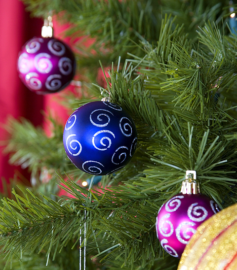 Gömb alakú díszekA gömb a teljességet jelképezi, a gömbdíszek pedig a Földet és a bolygónkat körülvevő kilenc másik égitestet szimbolizálják. Fontos ezért, hogy legalább kilenc gömbdísz biztosan legyen a karácsonyfán.Kapcsolódó cikk:3 gyönyörű, aranyló karácsonyfadísz »