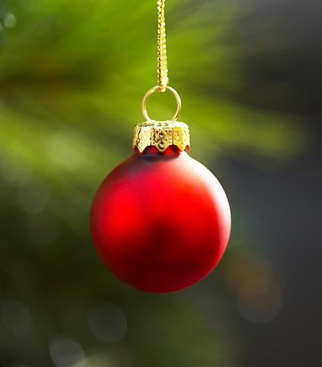PirosA piros a termékenység, az élet és a halál, az Újszövetségben pedig a bűn, az engesztelés, a vezeklés, valamint az áldozat jelképe. A karácsony egyik legkedveltebb színe, mellyel azonban óvatosan bánj: a túl sok piros feszültséget kelt, és könnyen terhessé válhat.