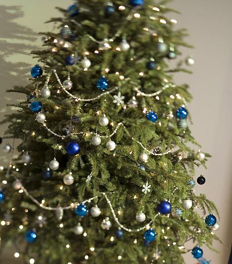 Kékfenyő  Az ezüst a kékkel is csodásan mutat. Ha csak ebben a két színben játszó gömböket és gyöngyöket teszel a fára, akkor is ragyogó lesz - mégis egyszerű.