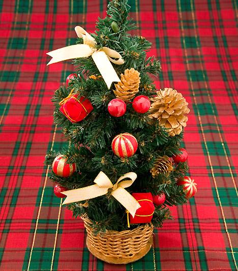 Parányi  Nem kell feltétlen égig érő fát választanod a karácsonyi hangulat elérése érdekében. Egy pici műfenyővel is várhatod a szentestét - az ajándékok körülötte is elférnek.