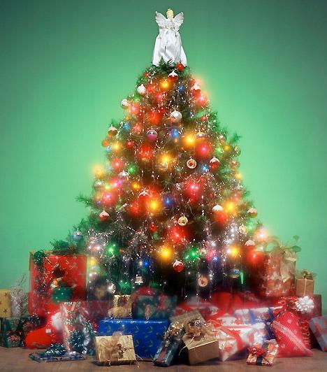 Csillogó  Sokan minden díszt felaggatnak a fára, ami csak a kezükbe akad a karácsonyi doboz feltérképezése közben. Ünnepekkor még az egyébként giccsesnek vélt dolgokra is nyugodtan bólíts rá!