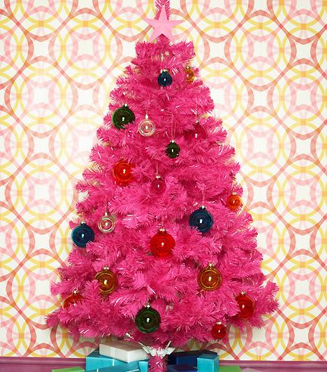 Pink  Ha elég merész vagy, válassz még élénkebb színűt. A sötétkék és piros gömbdíszek első látásra talán bizarrul hatnak a háttérrel, egy biztos - kevés ennél vidámabb darabbal találkozhatsz.  Kapcsolódó cikk: A világ legbizarrabb karácsonyfái »