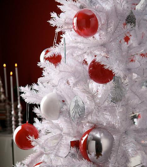 Albínó fa  Ha nem a díszítést, sokkal inkább a karácsonyfa színét illetően ragaszkodsz a hófehérhez, válassz világos műfenyőt, akassz rá piros gömbdíszeket - igazán egyedi lesz.