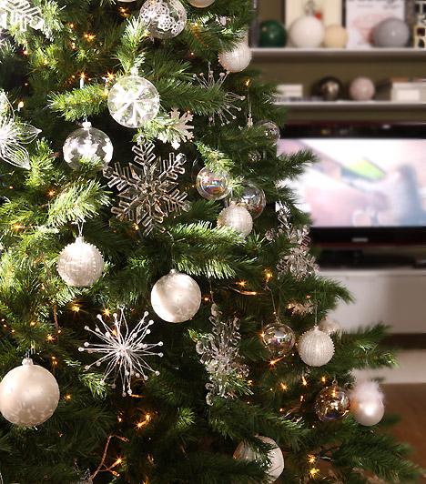 Fehér karácsony  Ha a letisztult formákat szereted és a klasszikus díszítés híve vagy, tegyél a fára ezüst, fehér és üvegdíszeket. Igazán ünnepi hatást érhetsz el velük.  Kapcsolódó cikk: Találd meg a hozzád illő fenyőfát! »