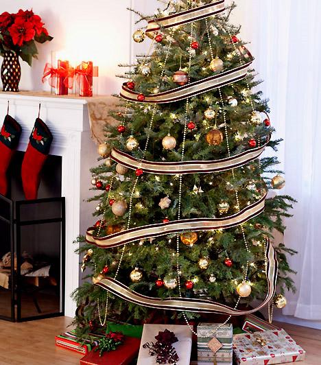 Szalaggal  Csillogú díszeidnek remek keretet adhatsz, ha széles selyemszalagokkal öleled körbe a karácsonyfát - a csúcsáról lelógó gyöngyök pedig még ünnepivé teszik.