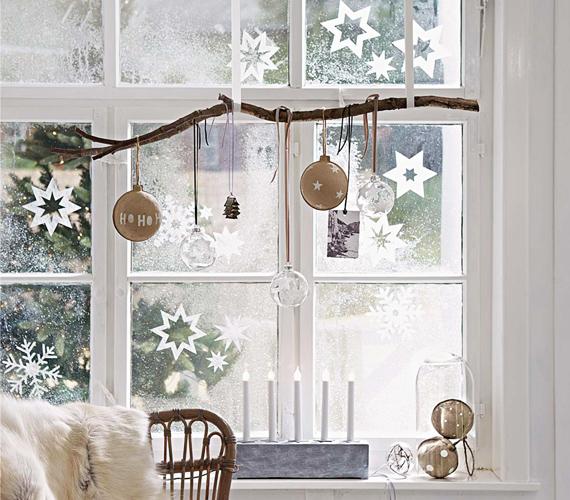 Egy faág is jó szolgálatot tehet a dekorálás során. Ha felerősíted a plafonra vagy az ablakkeretre, majd erről lógatsz le díszeket, akkor egy rusztikus variációval leszel gazdagabb.
