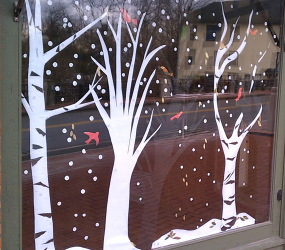 Ablakra ragasztható matricából egy kis téli jelenetet is megrajzolhatsz és kivághatsz. Ez például egy tipikus havas tájat ábrázol, de a fantáziád alapján alakíthatod a dekorációt.