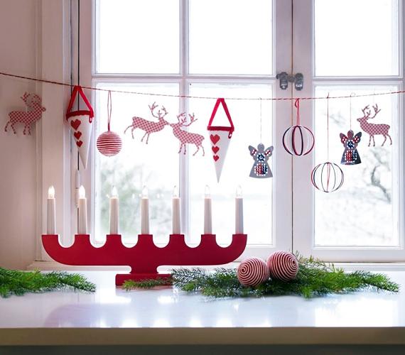 Ha nem akarsz nagyon belebonyolódni a kézműveskedésbe, egyszerűen függessz fel egy karácsonyi szalagot, és aggass rá tetszés szerint bármilyen díszt, a lényeg, hogy az ne legyen nehéz, máskülönben a súly lehúzza a vékonyka füzért.