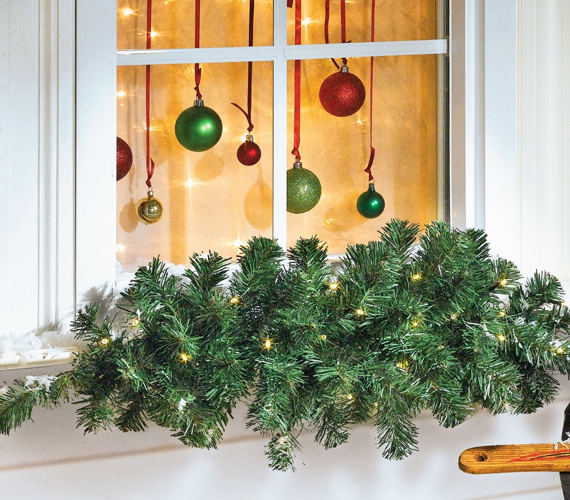 Ha széles a párkányod, akkor akár az ablakon kívülre is kigondolhatsz némi díszítést. Az örökzöldfutó karácsonyfaégővel körbefogva például nagyon szép megoldás.