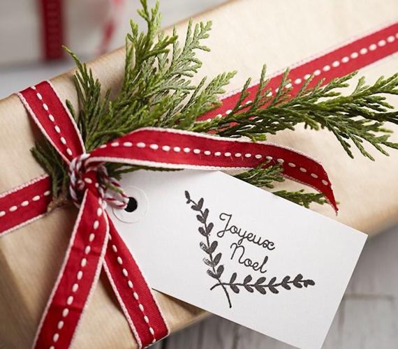 Sőt, ha sima barna papírba rejted az ajándékot, akkor is trükközhetsz: egy díszesebb szalag, illetve egy ág örökzöld nagyon szépen feldobja a meglepetést.