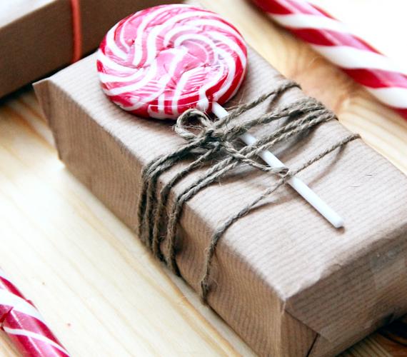 Szintén tökéletes példa, hogy az egyszerű barna csomagolópapírt hogyan lehet feldobni.