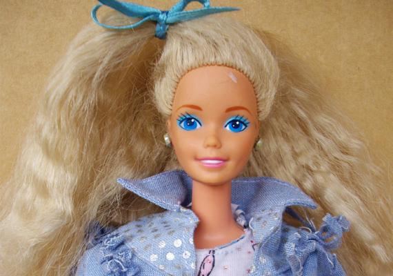 Ági: - Én Barbie babákra vágytam, amellett, hogy egyébként inkább a kertben szerettem molyolni, vagy bringázni suli után, de azért persze a hűvösebb hónapokban jutott idő a babákra is. Egy idő után nem maguk a Barbie-k voltak a fontosak, hanem a különböző kiegészítők, Barbie-ház, ruhák és mindenekelőtt cipők, amik mindig nagyon hamar elvesztek.