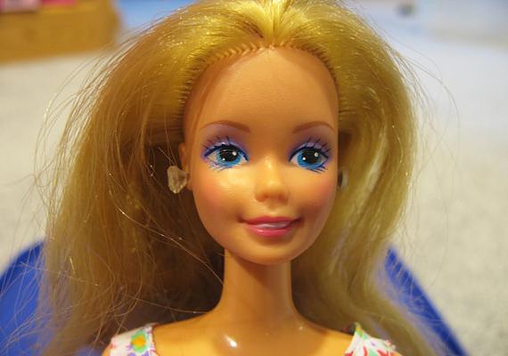 Minden kislány példaképének, vagyis a nyolcvanas évek klasszikus Barbie-jának már hajlott térdnél a lába és könyöknél a karja, de ami ennél is jobb, hogy saját háza is volt. Micsoda luxus egy plasztikbabának!