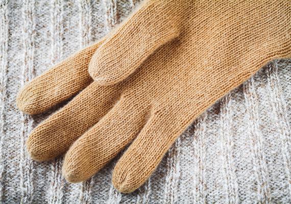 Ugyanez vonatkozik a ruhaneműkre is: ha ismered a másik ízlését, egy szép kesztyűvel, egy ízléses sállal vagy egy elegáns pulcsival is örömet szerezhetsz.