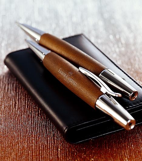 Márkás tollkészletEgy magára valamit is adó üzletasszony vagy üzletember mindig hord magával tollat, ráadásul nem is akármilyet. Egy márkás tollkészlet jó választás az édesapádnak, a párodnak, de akár az édesanyádnak is - ha akarod, gravírozással akár egyedivé is teheted. Klasszikus ajándék, mellyel nem foghatsz mellé.