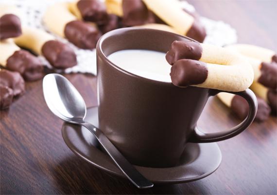A diós patkó receptje nem sokban különbözik a vaníliás kifliétől. Csupán annyi a teendőd, hogy a liszt egyik felét darált dióval helyettesíted, majd a süteményeket patkóra formázod, végül pedig csokiba mártod. Íme, a recept!