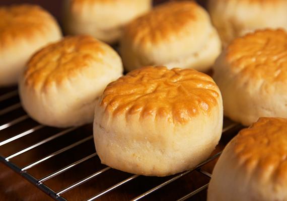 És az elmaradhatatlan sajtos pogácsa receptje sem hiányozhat az összeállításunkból. Gyors és omlós. Készítsd el te is!