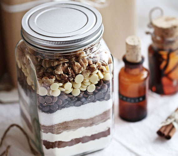 Élményt is szeretnél ajándékozni? A megajándékozott legkedvesebb süteményének hozzávalóit töltsd bele az üvegbe. Ügyelj a sorrendre, alulra a kisebb szemcséjű hozzávalók kerüljenek. Ha igazán esztétikus látványt szeretnél elérni, váltogasd a színeket. Ne felejtsd el az ajándékkísérő kártyára ráírni az elkészítés pontos menetét.