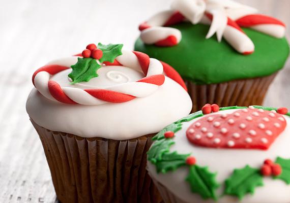 Kicsivel nagyobb kézügyességet igényel a magyallal díszített muffin. Kevés piros és fehér marcipánmasszát sodorj vékonyra, és fond a csíkokat egymásba. Végül készíts apró magyalfigurákat - nem muszáj ilyen aprókat -, és helyezd őket a süti tetejére.