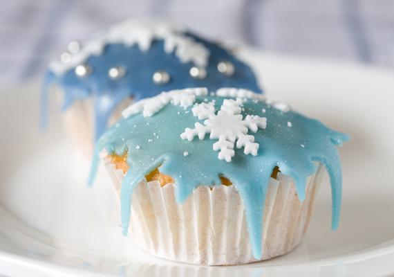 Csípj le egy darabot a marcipánmasszából, színezd kékre, majd recésen vágd be a széleit. Óvatosan fektesd a muffin tetejére, és díszítsd cukorból készült hópehelyformákkal.