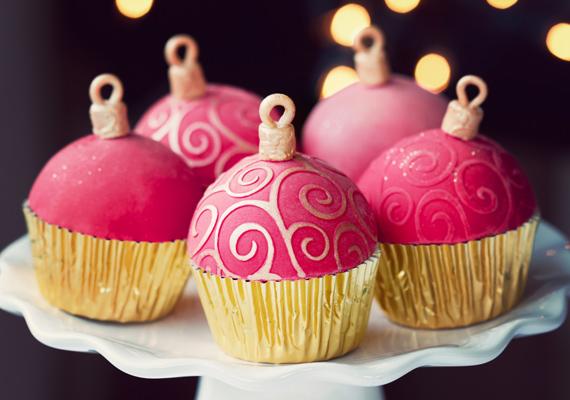 A karácsonyfadíszre hajazó muffinokat süsd aranyszínű papírban, majd rózsaszínre színezett marcipánnal fedd be. Végül hajtogass neki szintén marcipánból kis fogókát, és díszítsd aranyszínű ételdekorfestékkel, hogy még inkább hasonlítson az eredetire.