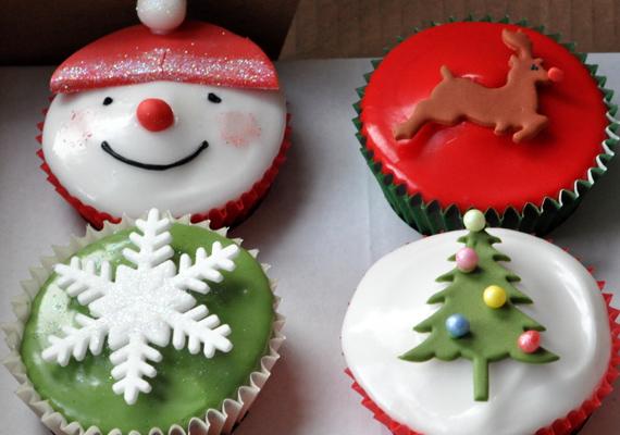 Készen kapható cukormázzal kend át a cupcake tetejét, majd marcipánból szaggass ki különféle ünnepi mintákat, és díszítsd velük a süteményt.