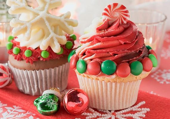 A karácsonyfához színezd pirosra vagy zöldre a vajas krémet, és habnyomóval emelj belőle spirált a muffin tetejére. Díszítsd cukormázas csokigolyókkal, a tetejére pedig biggyessz nyalókát.