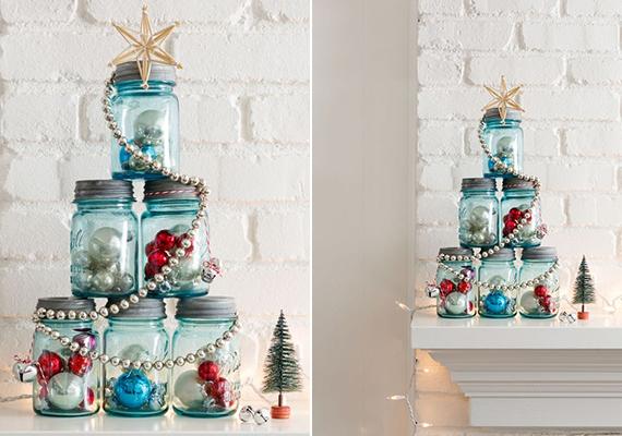 Ebben az esetben egyszerűen tegyél az üvegekbe díszeket, majd rendezd őket karácsonyfa alakba. Ha szeretnéd, a végeredményt a kép mintájára feldobhatod gyögyfüzérrel, illetve csillagdísszel is.