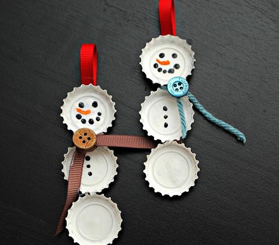 A négy-öt éves korosztály kis segítséggel már könnyedén el tudja készíteni ezt a kupakokból készült hóember figurát. Az elkészítés leírását itt találod.
