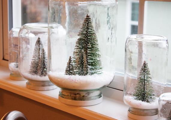A dekorboltokban kapható műhó és miniatűr fenyőfa segítségével is tetszetős dekorációt varázsolhatsz. Ragaszd a fedél belsejébe az adott tárgyat, az üvegbe szórj műhavat, tedd rá a fedelet, majd fordítsd meg az egészet.
