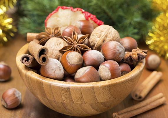 Néhány szem dió és még több gesztenye egy tálban, kevés fahéjrúddal és almaszirommal társítva csodás kompozíciót alkot.